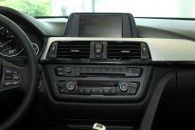 """3-Series Sedan""的中控台圖片"